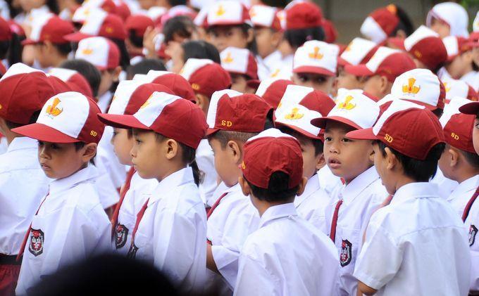 Anak SD berbaris di hari baru masuk sekolah