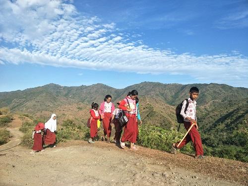 Anak Sekolah SD Pulang lewat pegunungan,perjalanan ank sd, pulang sekolah, pengalaman, belajar